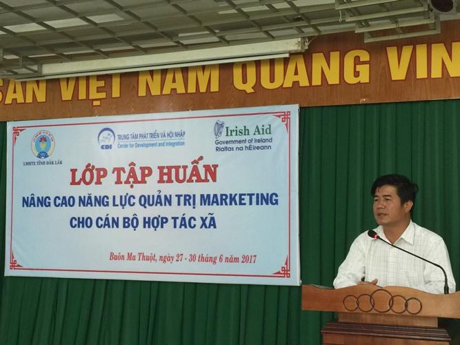 Ông Nguyễn Thiên Văn, Chủ tịch Liên minh HTX tỉnh phát biểu khai mạc lớp tập huấn